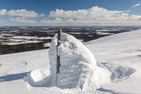 On top of the mountain (or hill rather, it was about 800 m high) there is no vegetation and the poles that mark the trail become crusted in snow